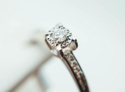 婚約指輪の相場20代・30代・40代でいくら?正しいマナーを解説